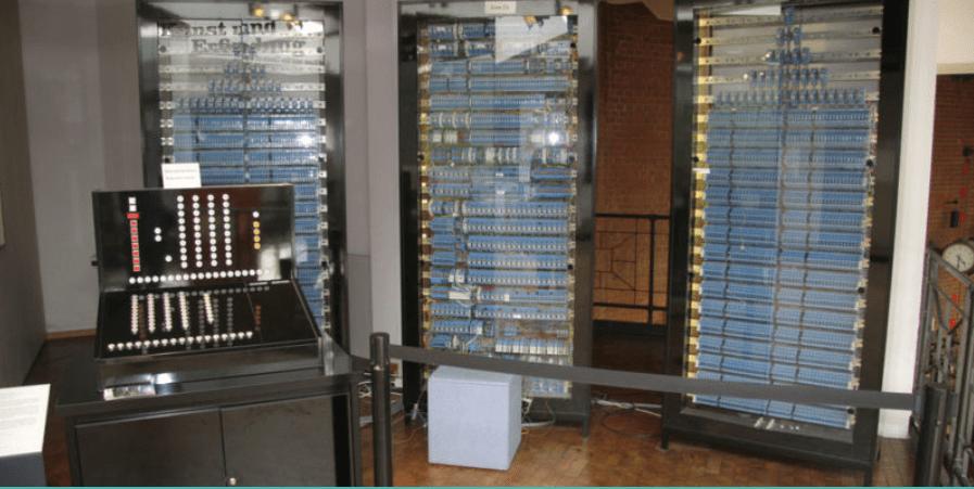 أول جهاز حاسوب في التاريخ